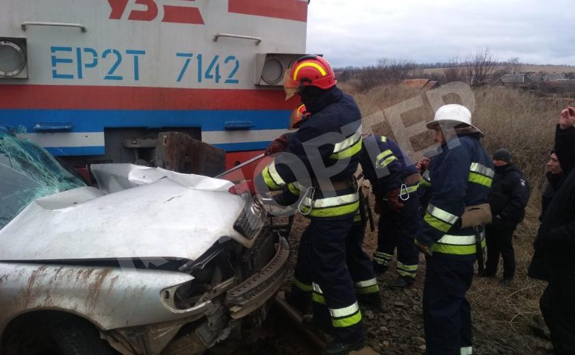 Под Павлоградом электричка протаранила машину, водитель погиб